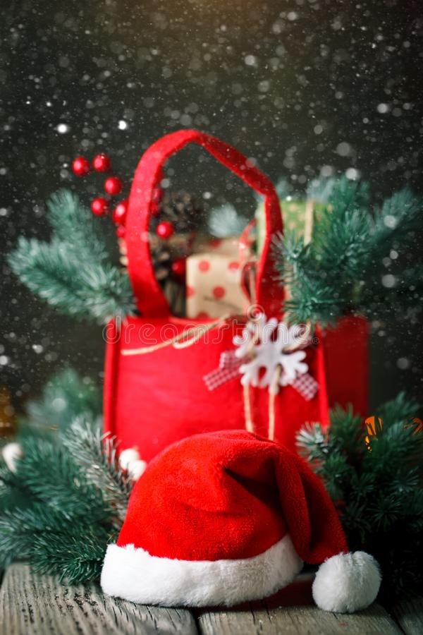 Feliz Navidad y Feliz Año Nuevo Tabla de madera adornada con los regalos de la Navidad Fondo con el espacio de la copia imágenes de archivo libres de regalías
