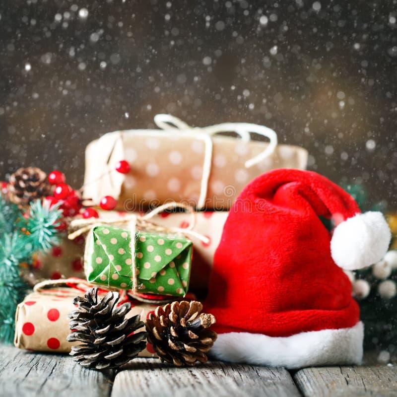 Feliz Navidad y Feliz Año Nuevo Tabla de madera adornada con los regalos de la Navidad Fondo con el espacio de la copia cuadrado foto de archivo libre de regalías