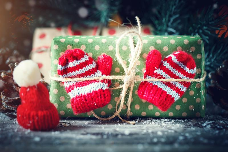 Feliz Navidad y Feliz Año Nuevo Tabla de madera adornada con los regalos de la Navidad Fondo con el espacio de la copia horizonta foto de archivo libre de regalías