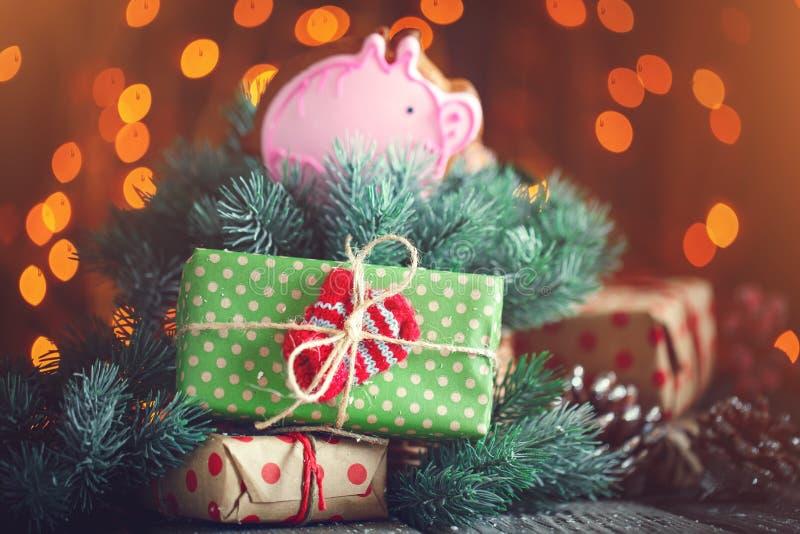 Feliz Navidad y Feliz Año Nuevo Tabla de madera adornada con los regalos de la Navidad Fondo con el espacio de la copia horizonta imagen de archivo