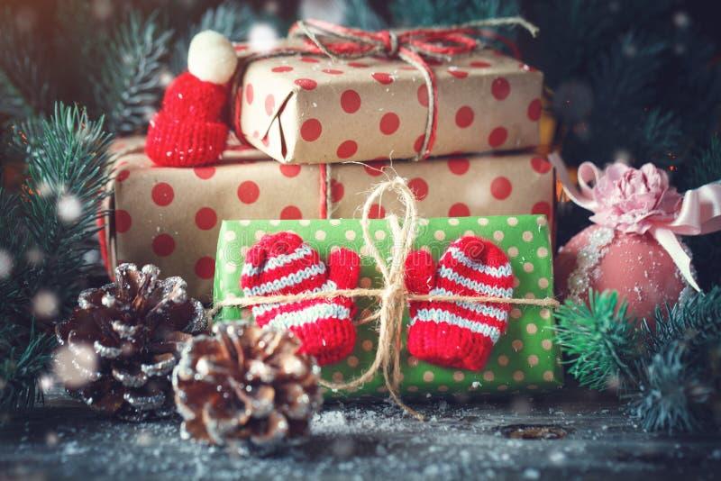 Feliz Navidad y Feliz Año Nuevo Tabla de madera adornada con los regalos de la Navidad Fondo con el espacio de la copia horizonta fotos de archivo