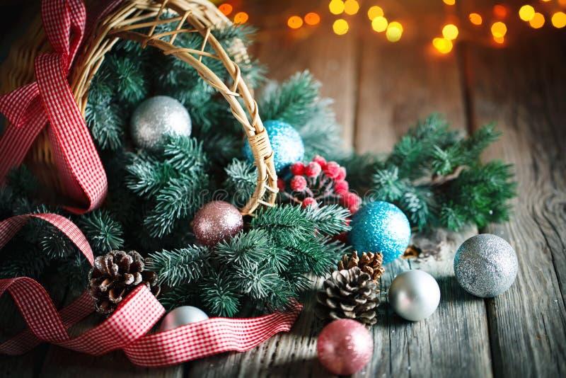 Feliz Navidad y Feliz Año Nuevo Tabla de madera adornada con los regalos de la Navidad Fondo con el espacio de la copia horizonta fotografía de archivo libre de regalías