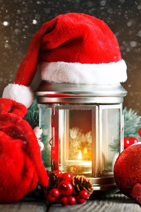 Feliz Navidad y Feliz Año Nuevo Tabla de madera adornada con los regalos de la Navidad Fondo con el espacio de la copia selectivo imagenes de archivo