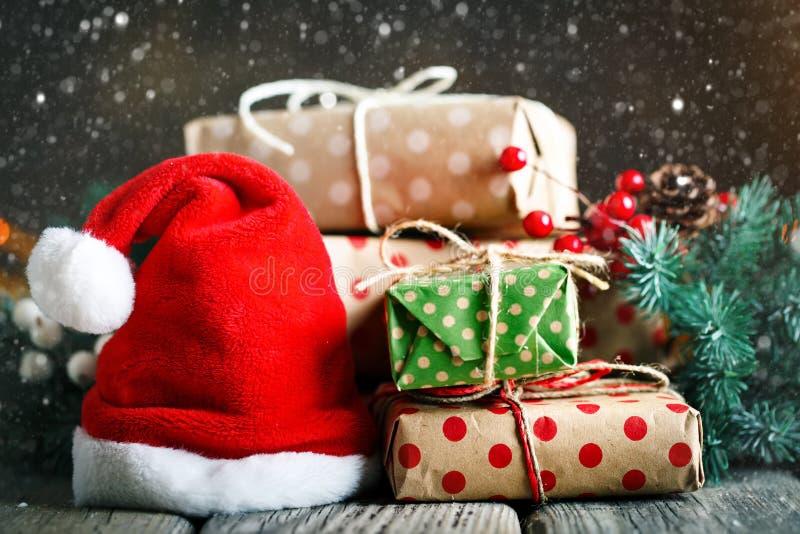 Feliz Navidad y Feliz Año Nuevo Tabla de madera adornada con los regalos de la Navidad Fondo con el espacio de la copia selectivo fotos de archivo libres de regalías
