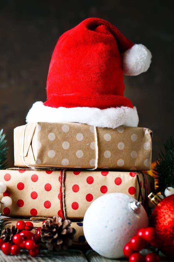 Feliz Navidad y Feliz Año Nuevo Tabla de madera adornada con los regalos de la Navidad Fondo con el espacio de la copia selectivo imágenes de archivo libres de regalías