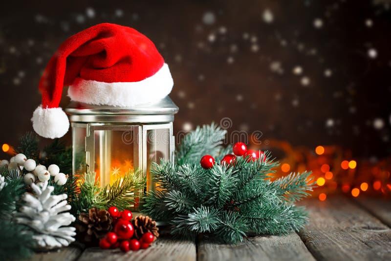 Feliz Navidad y Feliz Año Nuevo Tabla de madera adornada con los regalos de la Navidad Fondo con el espacio de la copia selectivo fotografía de archivo