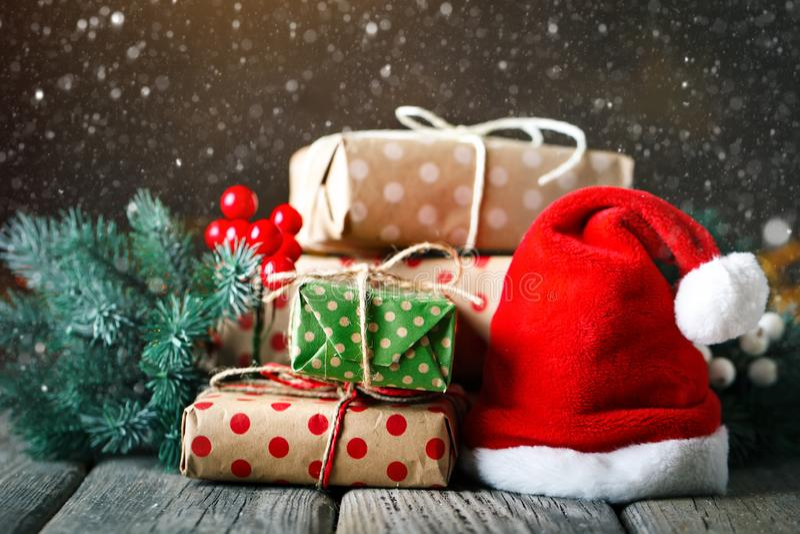 Feliz Navidad y Feliz Año Nuevo Tabla de madera adornada con los regalos de la Navidad Fondo con el espacio de la copia selectivo fotografía de archivo libre de regalías