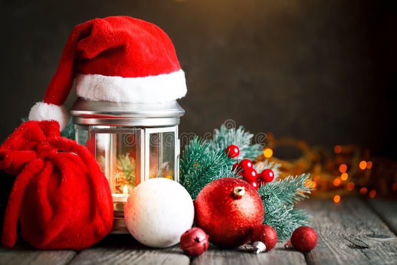 Feliz Navidad y Feliz Año Nuevo Tabla de madera adornada con los regalos de la Navidad Fondo con el espacio de la copia selectivo imagen de archivo libre de regalías