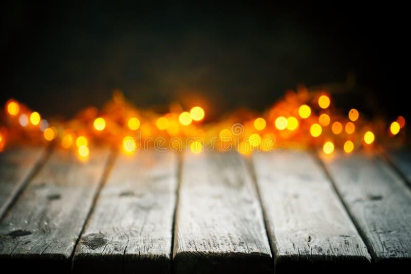 Feliz Navidad y Feliz Año Nuevo Tabla de madera en fondo de las luces de la Navidad Bokeh Foco selectivo Fondo con foto de archivo