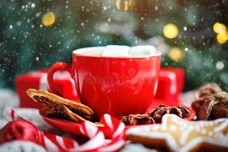 Feliz Navidad y Feliz Año Nuevo Taza de cacao, de galletas, de regalos y de ramas del abeto en una tabla de madera blanca fotografía de archivo libre de regalías