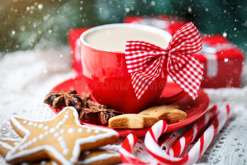 Feliz Navidad y Feliz Año Nuevo Taza de cacao, de galletas, de regalos y de ramas del abeto en una tabla de madera blanca foto de archivo