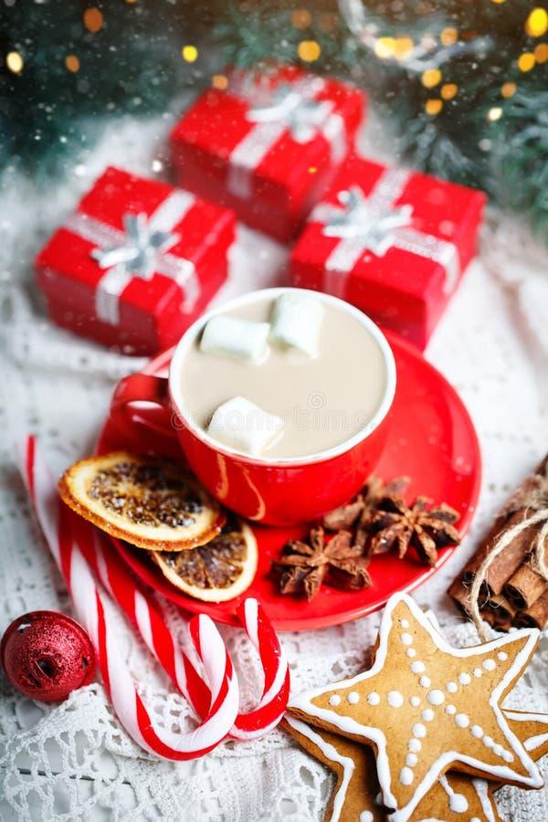 Feliz Navidad y Feliz Año Nuevo Taza de cacao, de galletas, de regalos y de ramas del abeto en una tabla de madera blanca imagenes de archivo