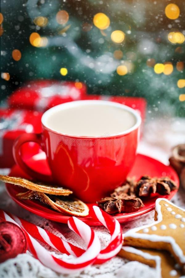 Feliz Navidad y Feliz Año Nuevo Taza de cacao, de galletas, de regalos y de ramas del abeto en una tabla de madera blanca fotos de archivo libres de regalías