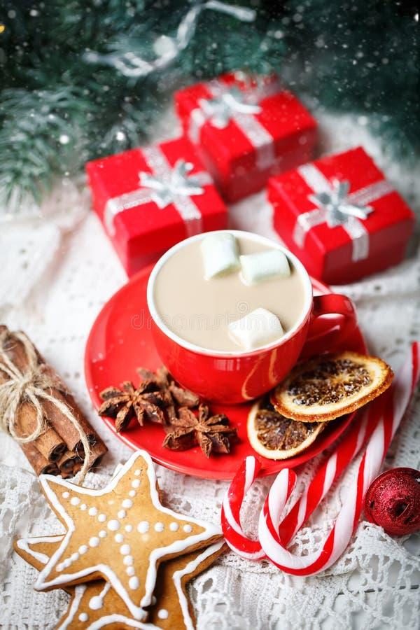 Feliz Navidad y Feliz Año Nuevo Taza de cacao, de galletas, de regalos y de ramas del abeto en una tabla de madera blanca fotos de archivo