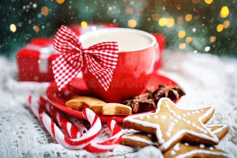Feliz Navidad y Feliz Año Nuevo Taza de cacao, de galletas, de regalos y de ramas del abeto en una tabla de madera blanca imagen de archivo libre de regalías