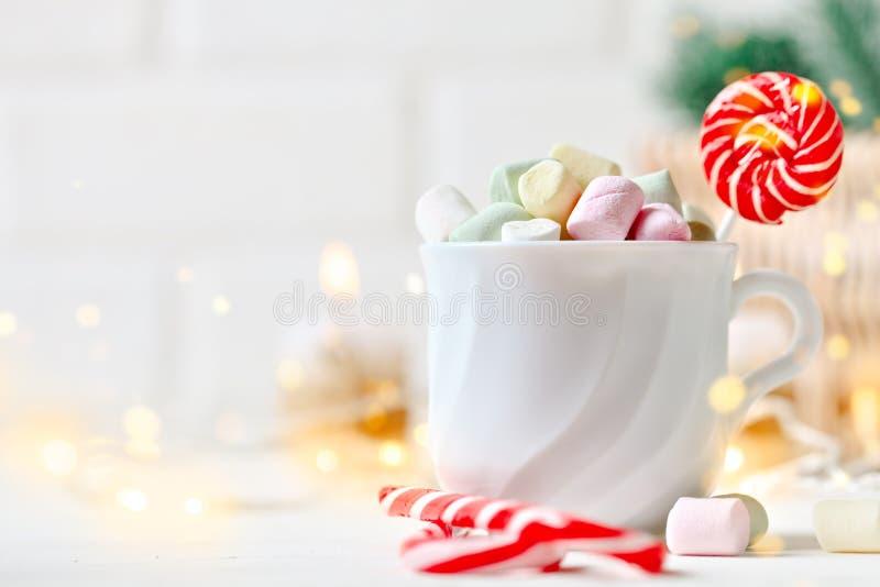 Feliz Navidad y Feliz Año Nuevo Taza de cacao y de melcochas en un fondo ligero Fondo con el espacio de la copia fotografía de archivo libre de regalías