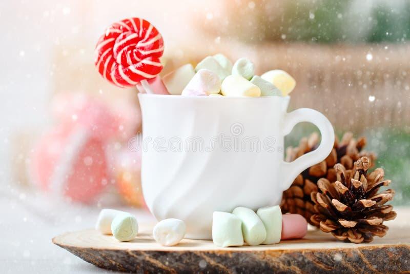Feliz Navidad y Feliz Año Nuevo Taza de cacao y de melcochas en un fondo ligero Fondo con el espacio de la copia fotografía de archivo