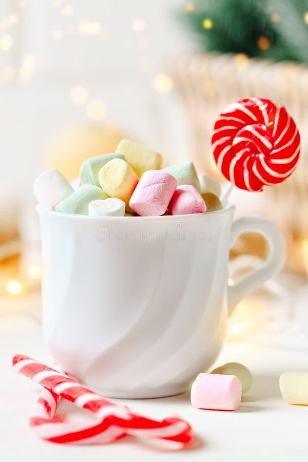 Feliz Navidad y Feliz Año Nuevo Taza de cacao y de melcochas en un fondo ligero Foco selectivo Navidad imagen de archivo libre de regalías