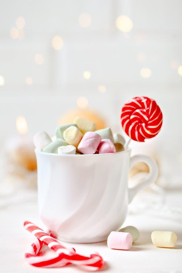 Feliz Navidad y Feliz Año Nuevo Taza de cacao y de melcochas en un fondo ligero Foco selectivo Navidad imágenes de archivo libres de regalías