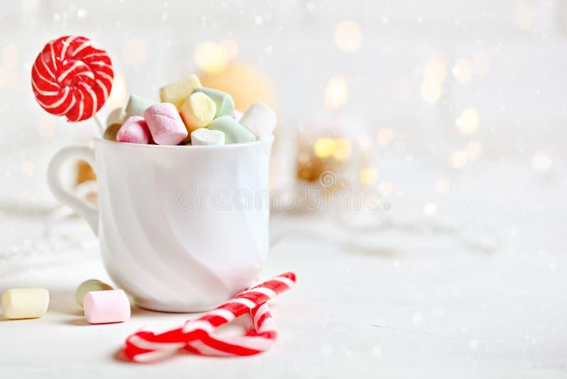 Feliz Navidad y Feliz Año Nuevo Taza de cacao y de melcochas en un fondo ligero La Navidad fotografía de archivo libre de regalías