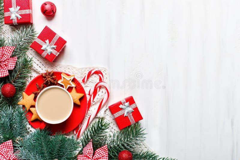 Feliz Navidad y Feliz Año Nuevo Taza de cacao, de regalos y de ramas del abeto en una tabla de madera blanca Foco selectivo fotografía de archivo libre de regalías