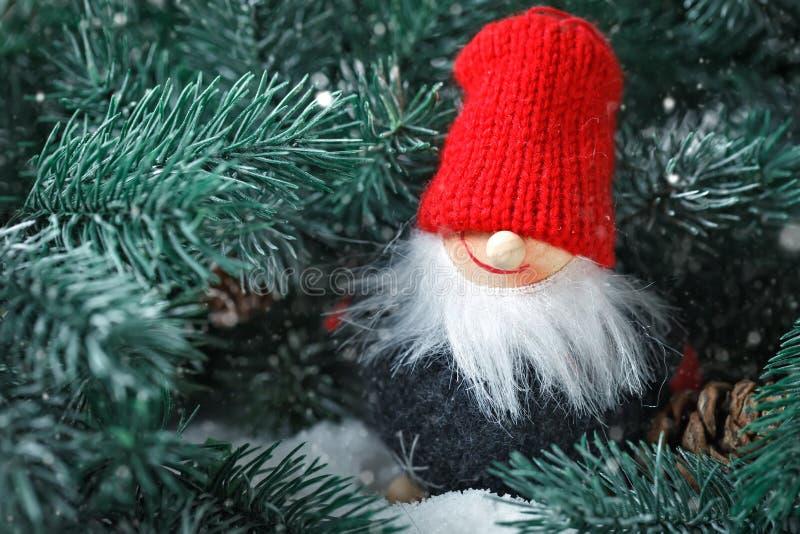 Feliz Navidad y Feliz Año Nuevo Toy Santa en las ramas de una picea Foco selectivo fotografía de archivo libre de regalías