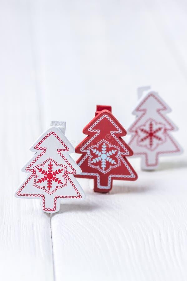 Feliz Navidad y Feliz Año Nuevo Tres árboles de navidad en el fondo blanco Espacio libre foto de archivo libre de regalías