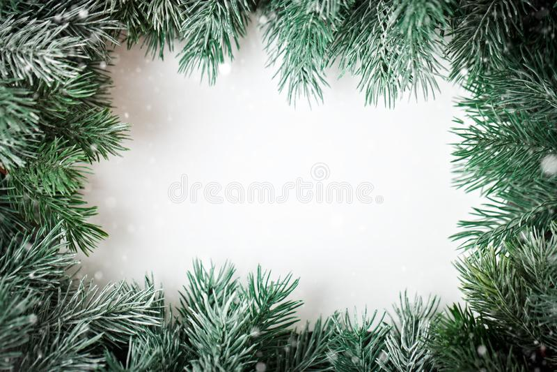 Feliz Navidad y Feliz Año Nuevo Un marco de las ramas del abeto en un fondo blanco Foco selectivo Navidad foto de archivo