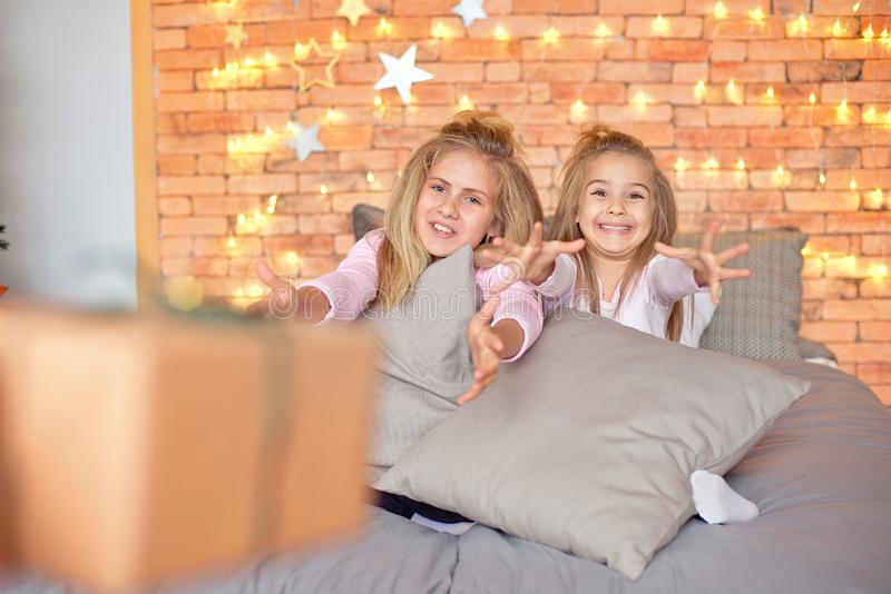 Feliz Navidad y buenas fiestas Niños lindos alegres que abren los regalos Niños que se divierten cerca de árbol en la mañana fotografía de archivo libre de regalías