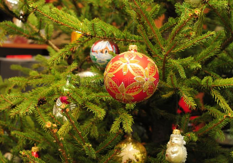 Feliz Navidad y coloridas bolas en el árbol evergreen como fondo de vacaciones Decoración navideña vintage - Bolas de Navidad foto de archivo libre de regalías