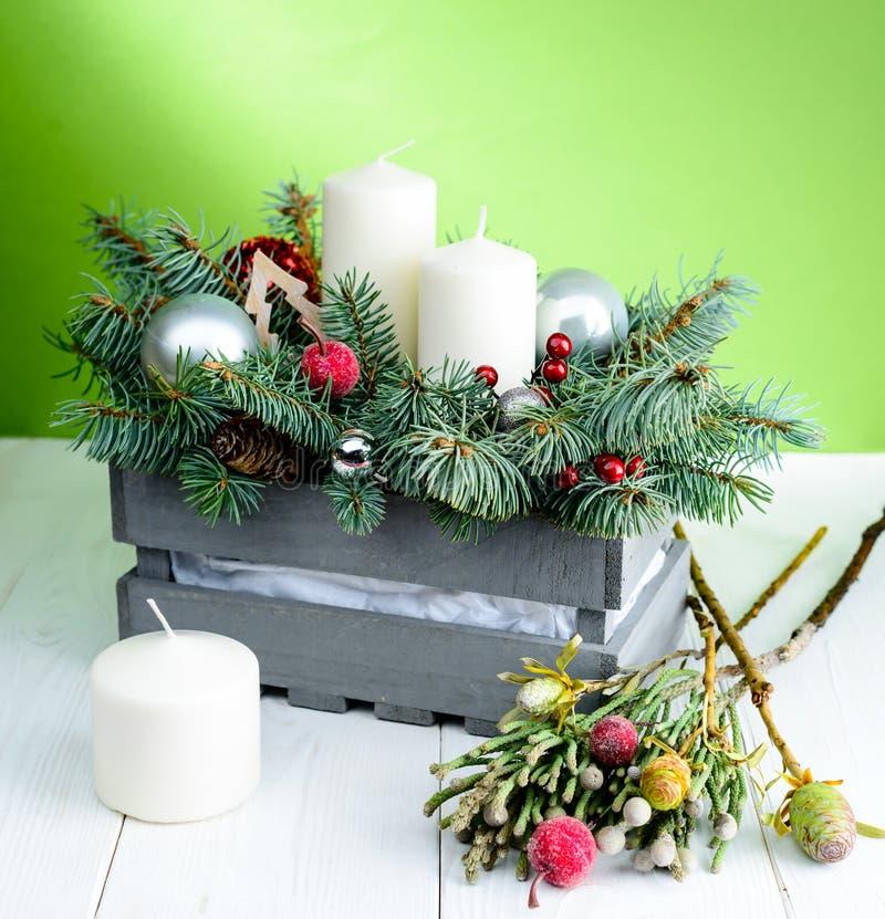 Feliz Navidad y composición de la Feliz Año Nuevo con la caja gris imagenes de archivo