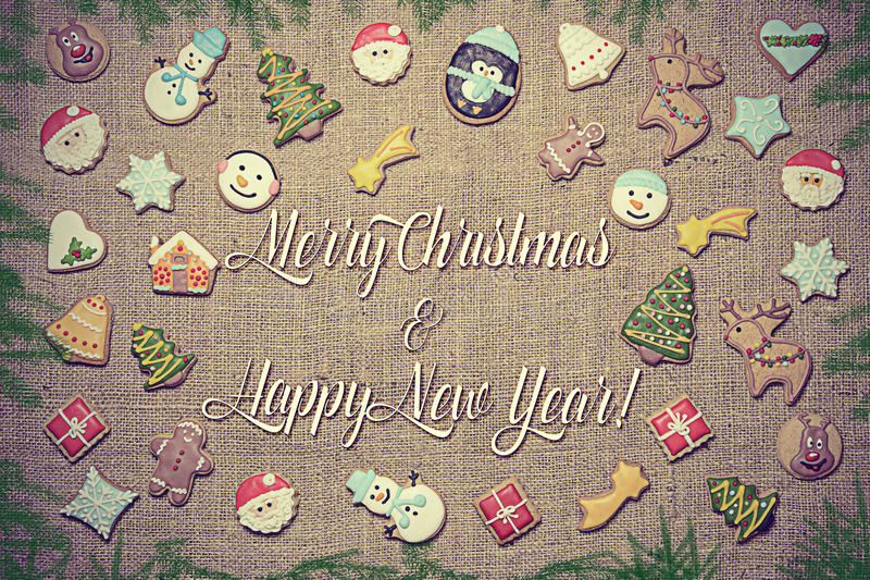 ¡Feliz Navidad y Feliz Año Nuevo! escrito entre las galletas del pan de jengibre imagenes de archivo