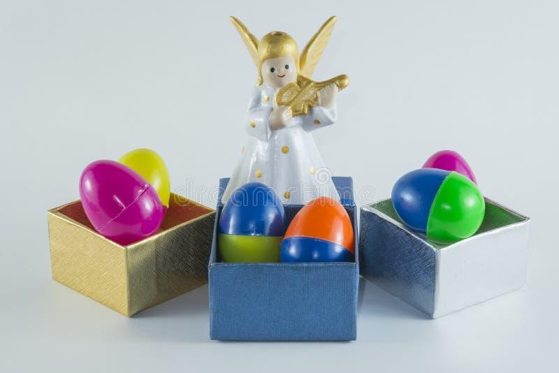 Feliz Navidad y Feliz Año Nuevo, huevos de Pascua multicolores plásticos en el fondo blanco imagen de archivo libre de regalías