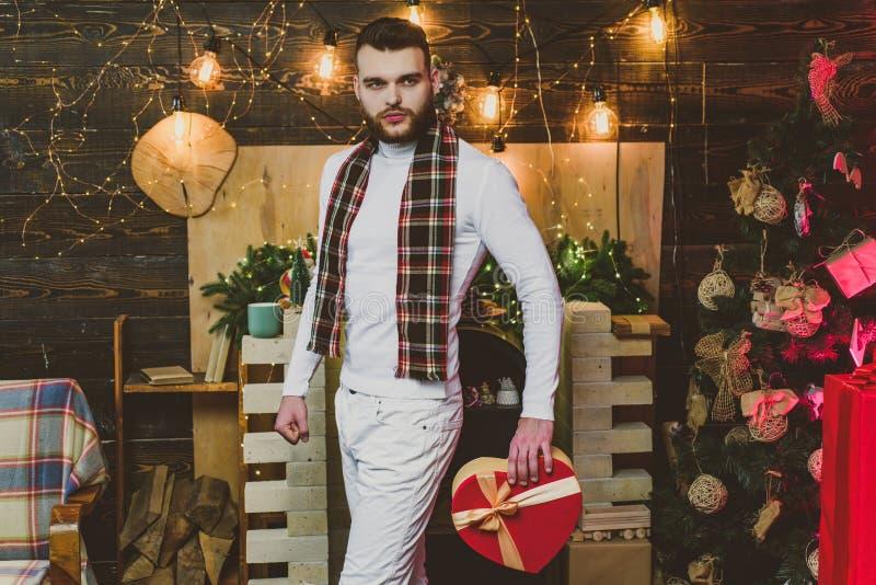 Feliz Navidad y Feliz A?o Nuevo Regalos de la Navidad Hermoso de moda del hombre con sorpresa de la caja de regalo Hombre prepara fotografía de archivo libre de regalías