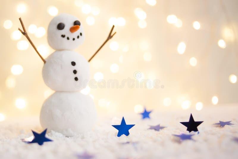 Feliz Navidad y tarjeta de felicitación de la Feliz Año Nuevo con el copia-espacio Muñeco de nieve feliz que se coloca en paisaje foto de archivo libre de regalías