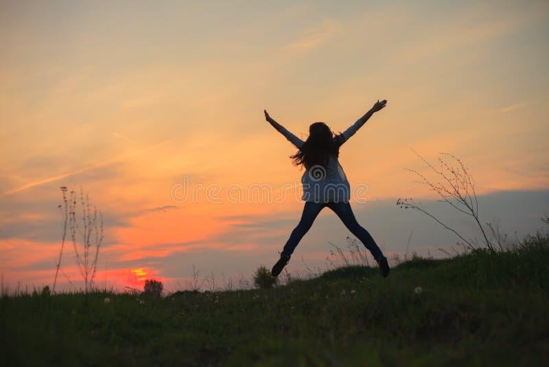 Feliz no por do sol foto de stock