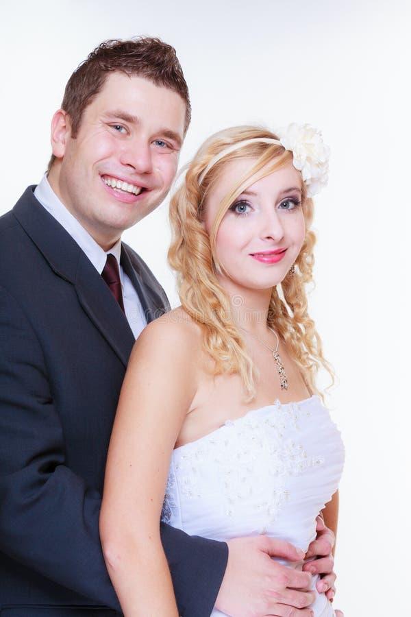Feliz noivo e noiva posando para a foto do casamento foto de stock royalty free
