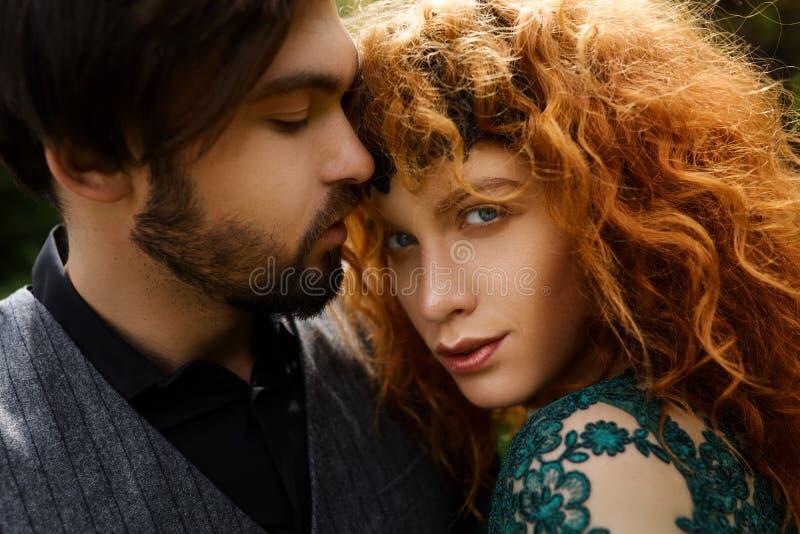 Feliz nos pares do amor que sorriem e que abraçam-se exterior imagens de stock royalty free
