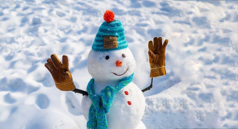 Feliz A?o Nuevo Fondo de la Navidad con el mu?eco de nieve Mu?eco de nieve divertido feliz en la nieve Mu?eco de nieve hecho a ma imagen de archivo libre de regalías