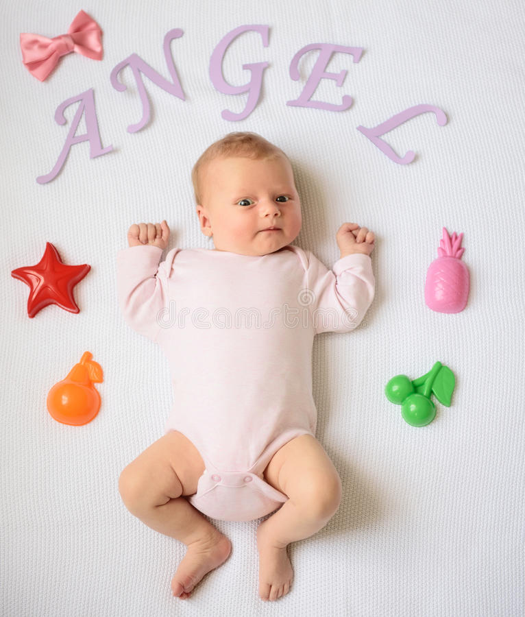 Feliz-olhando o bebê que levanta para a câmera fotografia de stock