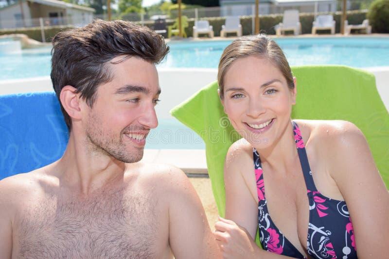 Feliz pareja durante las vacaciones perfectas foto de archivo