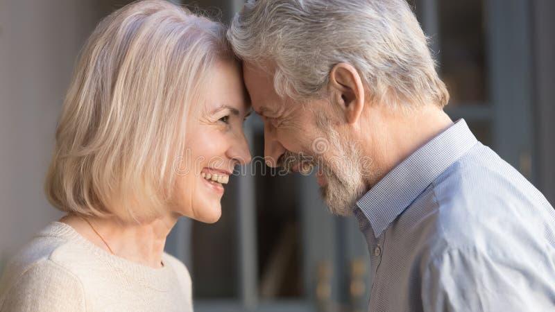Feliz pareja madurez frente disfrutando del momento romántico imagenes de archivo