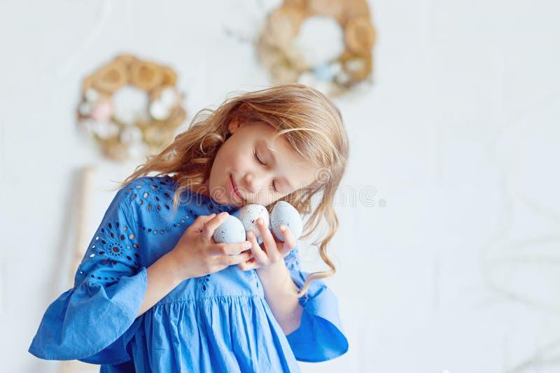 Feliz Pascua Bebé y huevos orientales Decoración de Semana Santa foto de archivo libre de regalías