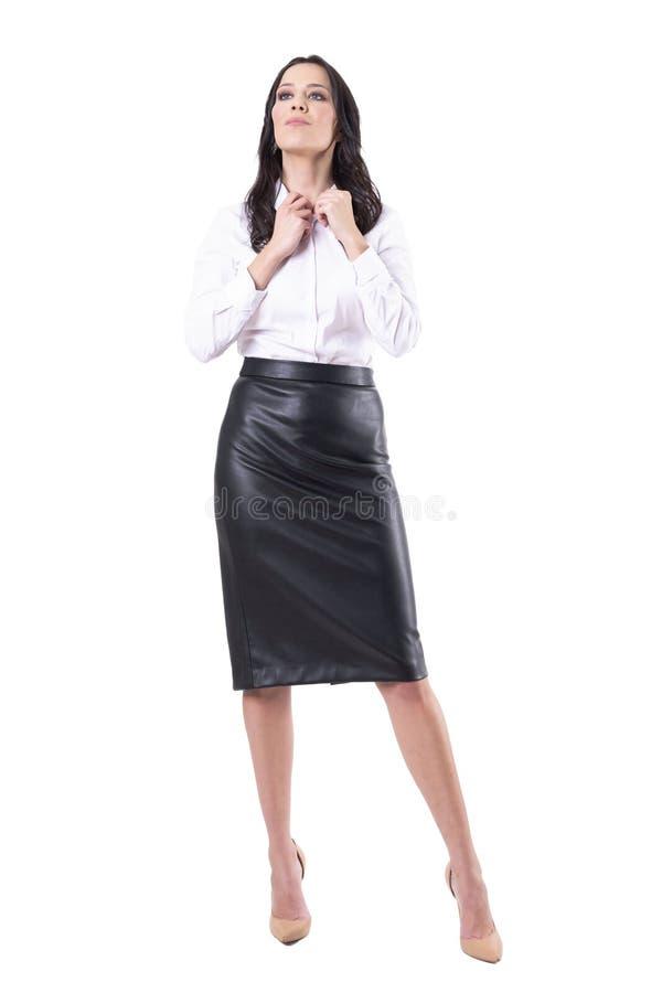 Feliz relaxou a mulher de neg?cio nova que obt?m vestida na roupa formal que olha afastado foto de stock