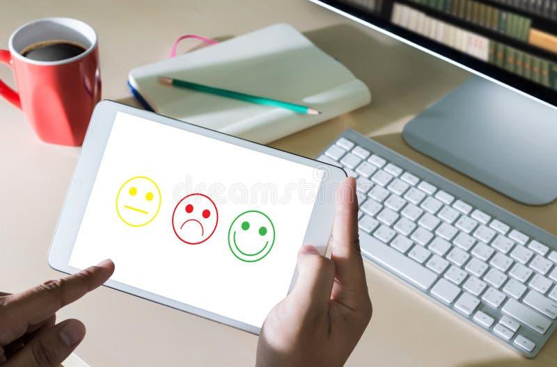 ¿feliz selecto del hombre y de la mujer de negocios en la evaluación de la satisfacción? imagen de archivo libre de regalías