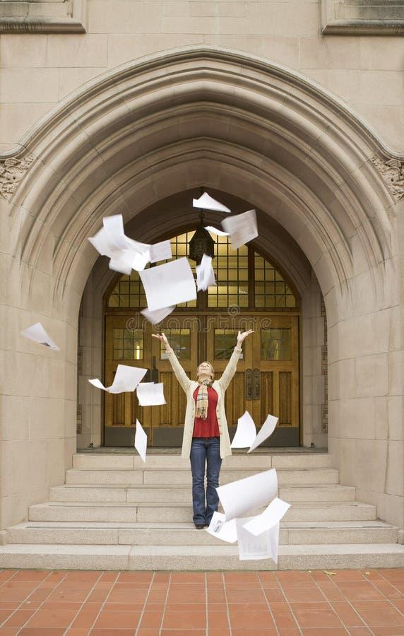 Feliz, sonriendo, estudiante universitario de sexo femenino de la universidad de la mujer que celebra después de acabar terminand fotos de archivo