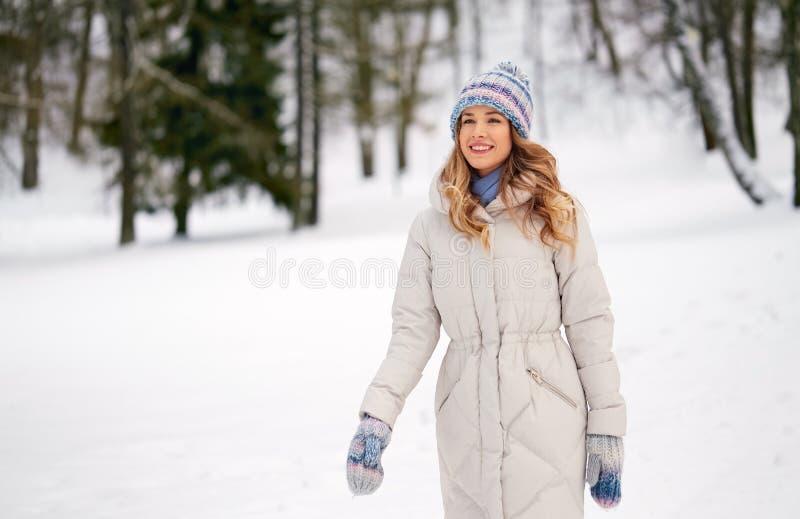 Feliz sorridente mulher ao ar livre na floresta de inverno fotografia de stock royalty free