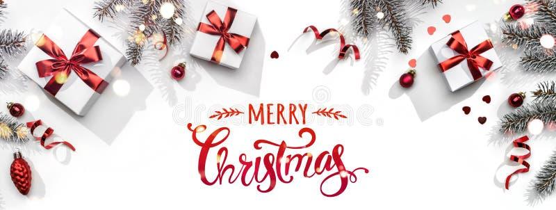 Feliz texto de Navidad sobre fondo blanco con cajas de regalo, cintas, decoración roja, ramas de abeto, bokeh, chispas y confetti libre illustration