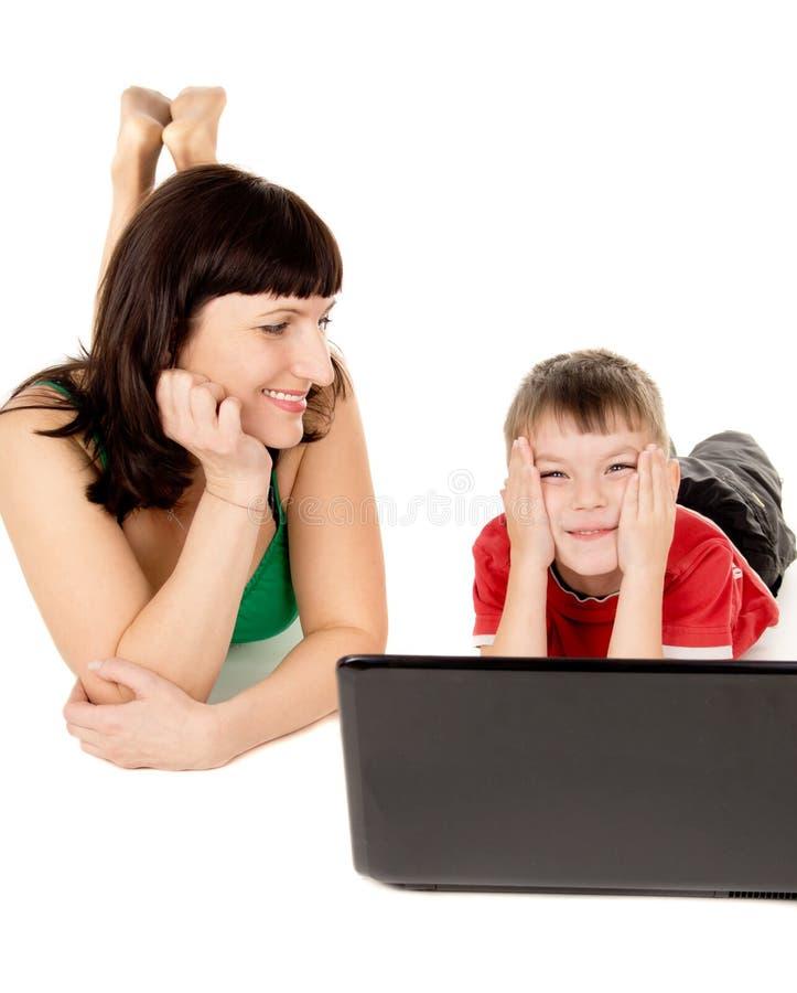 Feliz uma criança pequena com seu relógio da mãe o filme o caderno imagem de stock