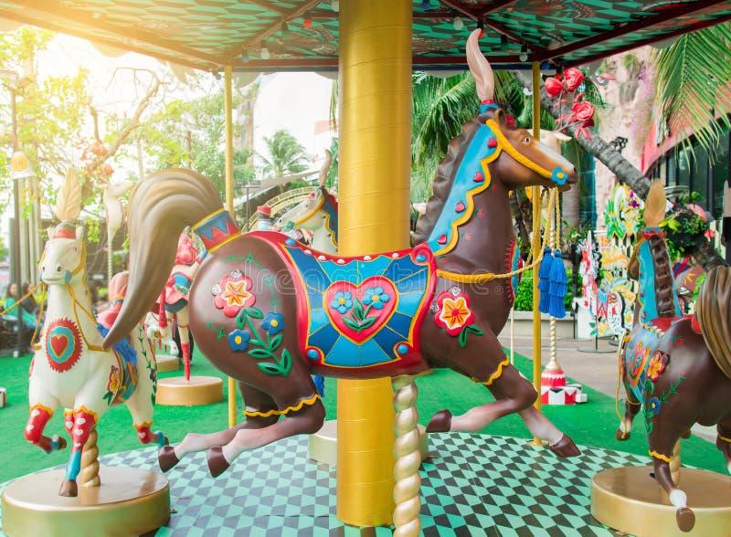 Feliz va caballo de la ronda o del carrusel en festival del circo foto de archivo